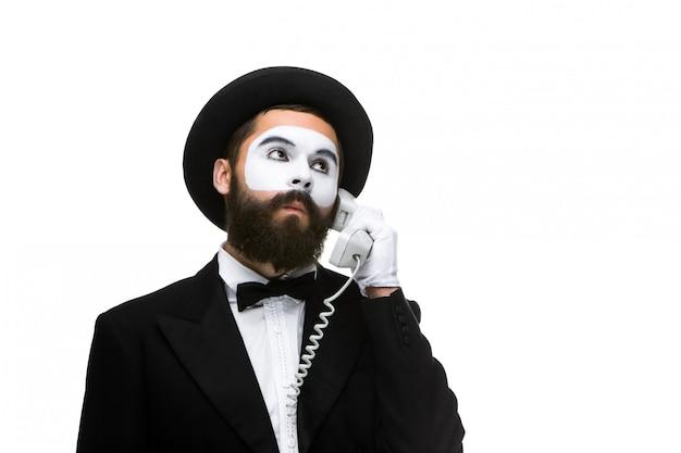 Homem na imagem mimica segurando um telefone. Foto gratuita