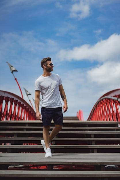 Homem na ponte em amesterdão, ponte de python Foto gratuita