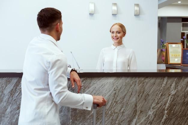Homem na recepção do hotel. Foto Premium