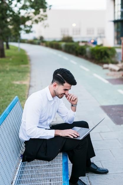Homem negócio, com, laptop Foto gratuita