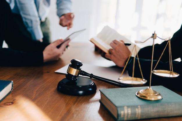 Homem negócio, e, equipe, e, advogados, discutir, contrato, papeis, com, bronze, escala, ligado, escrivaninha madeira, em, escritório Foto Premium