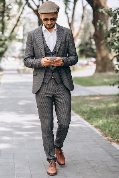 Homem negócio, em, paleto, com, telefone Foto gratuita