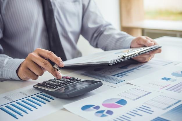 Homem negócio, ou, contador, trabalhando investimento financeiro, em, calculadora Foto Premium