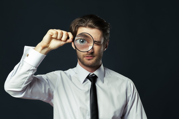 Homem negócio, segurando, lupa Foto Premium