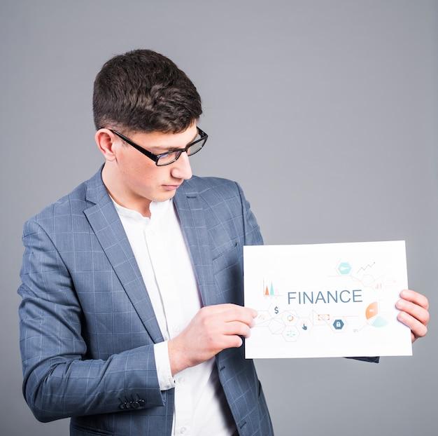 Homem negócio, segurando papel, com, finanças, inscrição Foto gratuita