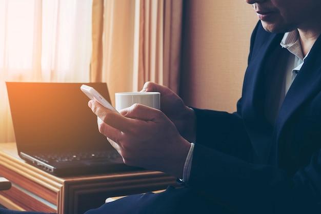 Homem negócio, trabalhando, em, quarto hotel Foto gratuita