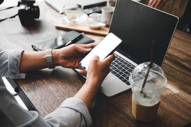 Homem negócio, usando, móvel, e, laptop, ache um trabalho, em, loja café Foto Premium