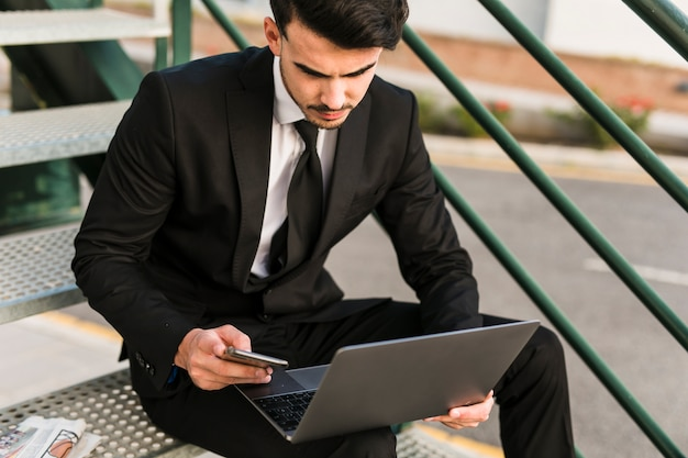Homem negócio, usando, seu, laptop Foto gratuita