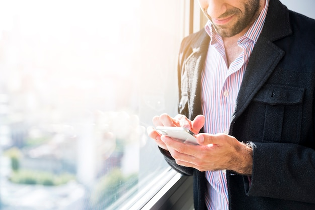 Homem negócio, usando, um, telefone móvel Foto gratuita