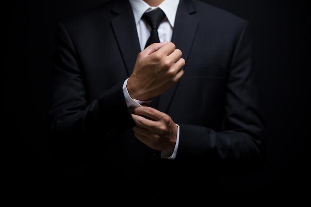Homem negócios, ajustar, seu, abotoaduras Foto Premium