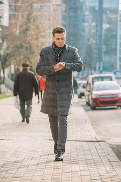 Homem negócios, andar Foto gratuita