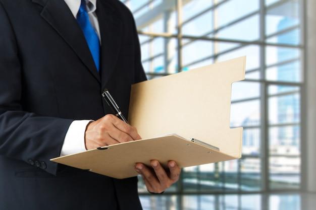 Homem negócios, assinando, um, documento Foto Premium