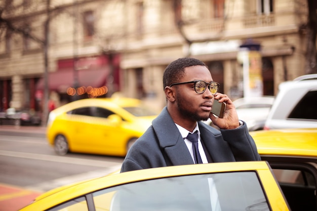 Homem negócios, chamando, de, um, táxi Foto Premium