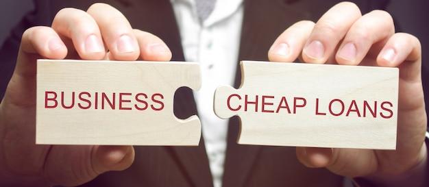 Homem negócios, coleciona, madeira, quebra-cabeças Foto Premium