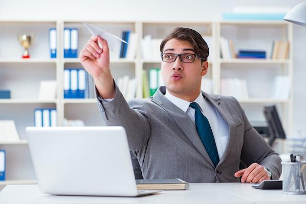 Homem negócios, com, avião papel, em, escritório Foto Premium