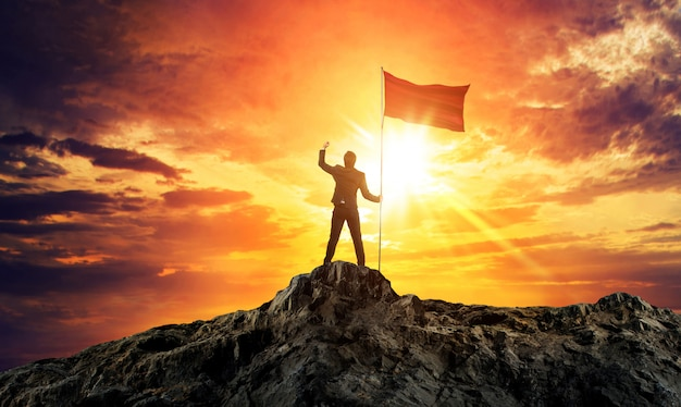 Homem negócios, com, bandeira, ligado, topo montanha Foto Premium