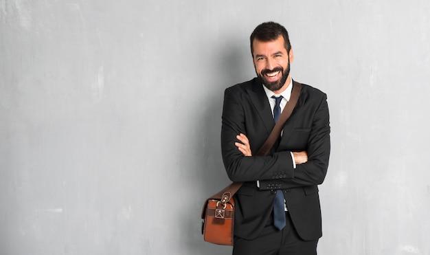 Homem negócios, com, barba, mantendo, a, braços cruzaram, enquanto, sorrindo Foto Premium