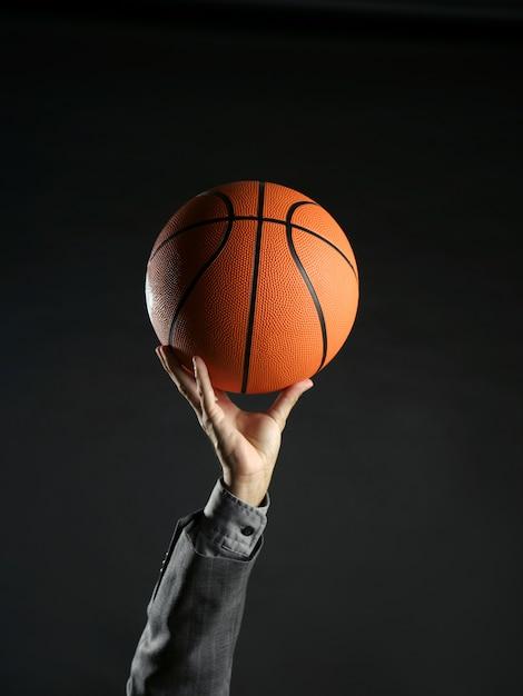 Homem negócios, com, bola basquetebol, trabalho equipe, liderança Foto Premium