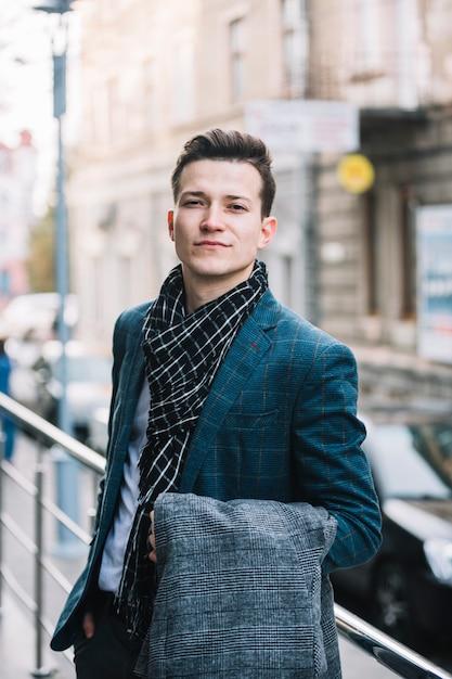 Homem negócios, com, casaco Foto gratuita
