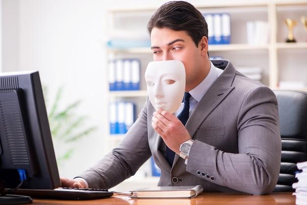 Homem negócios, com, máscara, em, escritório, hipocrisia, conceito Foto Premium