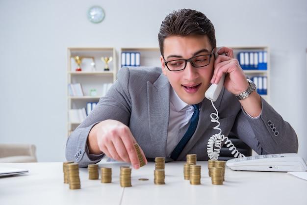 Homem negócios, com, moedas douradas Foto Premium