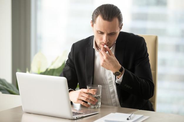 Homem negócios, com, vidro água, leva, redondo, pílula Foto gratuita