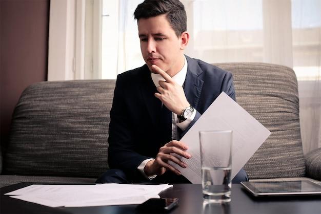 Homem negócios, considerando, projetos Foto Premium