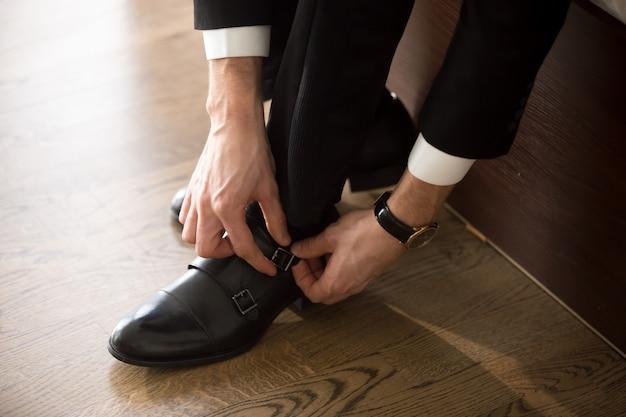 Homem negócios, desgastar, elegante, sapatos, quando, vá, ligado, trabalho Foto gratuita