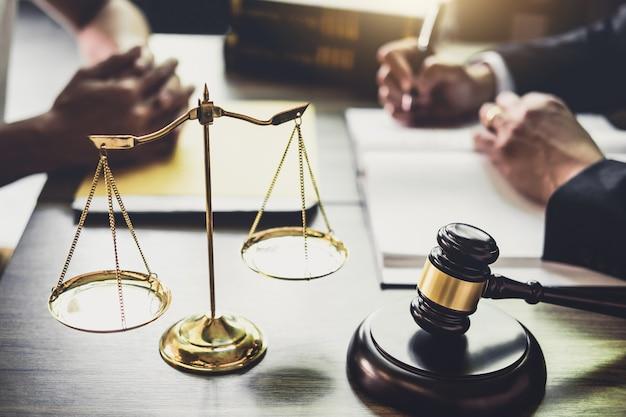 Homem negócios, e, advogado, ou, juiz, conselheiro, tendo, equipe, reunião, com, cliente Foto Premium
