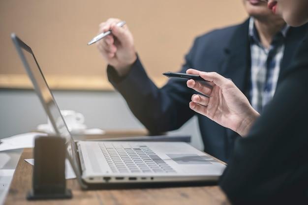 Homem negócios, e, executiva, discutir, projeto, em, reunião Foto Premium