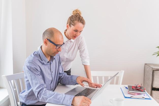 Homem negócios, e, executiva, olhando portátil Foto gratuita