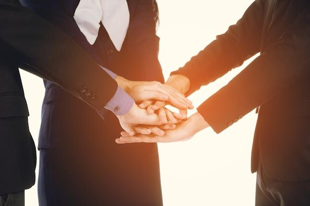Homem negócios, e, mulheres negócios, segurando mão Foto Premium