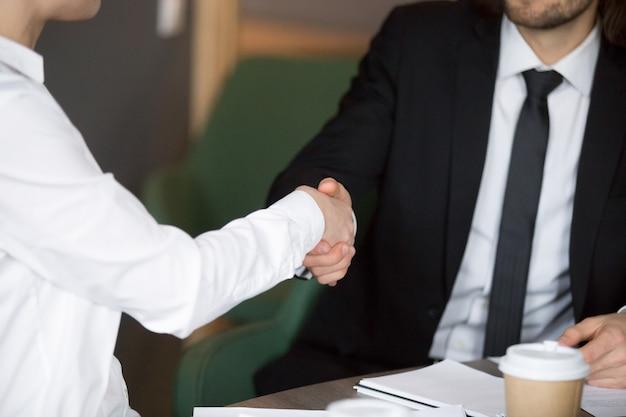 Homem negócios, em, paleto, handshaking, executiva, mostrando, respeito, cima, vista Foto gratuita