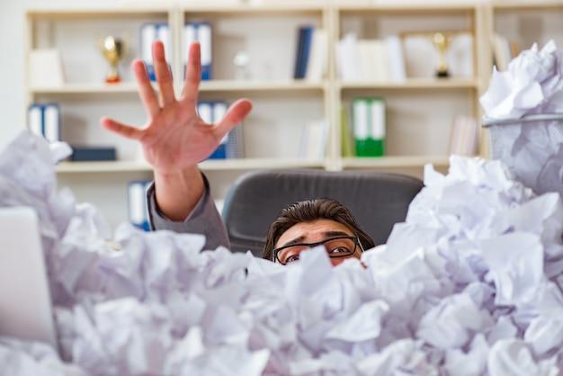 Homem negócios, em, papel, reciclagem, conceito, em, escritório Foto Premium