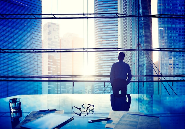 Homem negócios, em, um, cidade grande Foto Premium