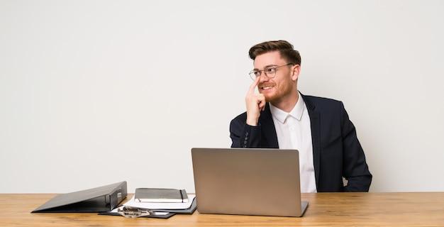 Homem negócios, em, um, escritório, com, óculos, e, sorrindo Foto Premium