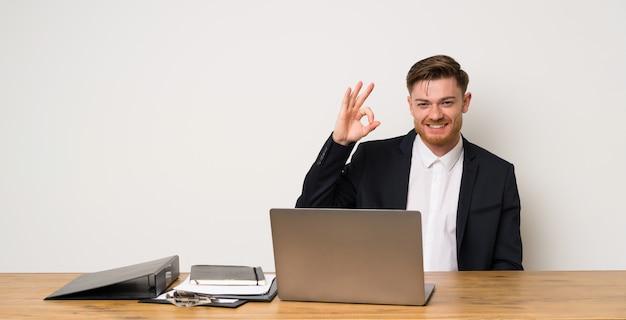 Homem negócios, em, um, escritório, mostrando, tá bom sinal, com, dedos Foto Premium