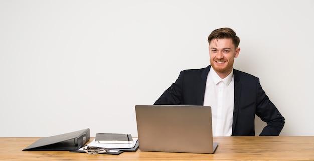 Homem negócios, em, um, escritório, posar, com, braços quadril, e, sorrindo Foto Premium