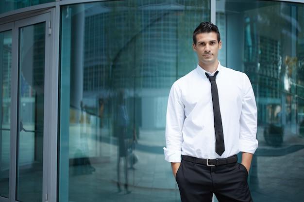 Homem negócios, em, urbano, meio ambiente Foto Premium