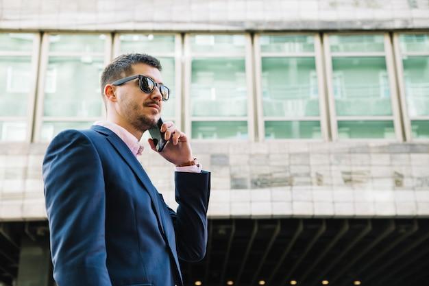Homem negócios, fazer, telefonema, em, urbano, meio ambiente Foto gratuita