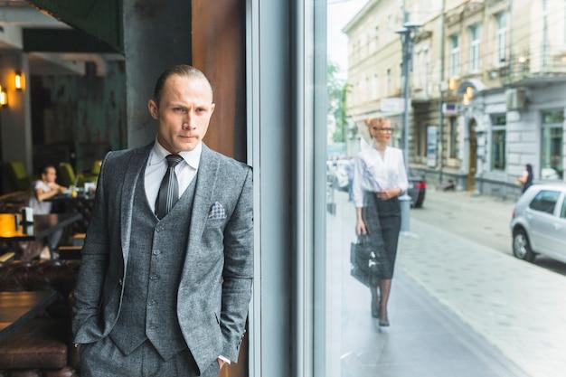 Homem negócios, ficar, por, café, janela Foto gratuita
