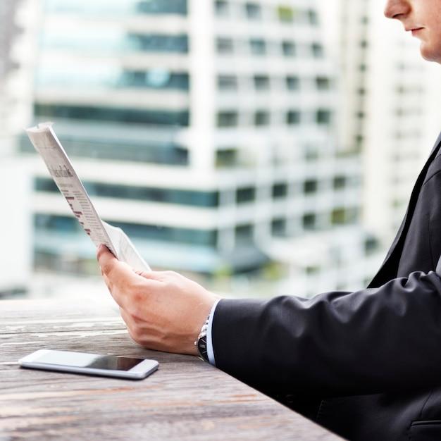 Homem negócios, lendo as notícias financeiras Foto gratuita