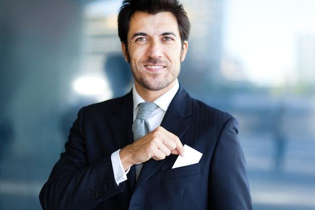 Homem negócios, levando, um, cartão cumprimento, de, seu, bolso Foto Premium