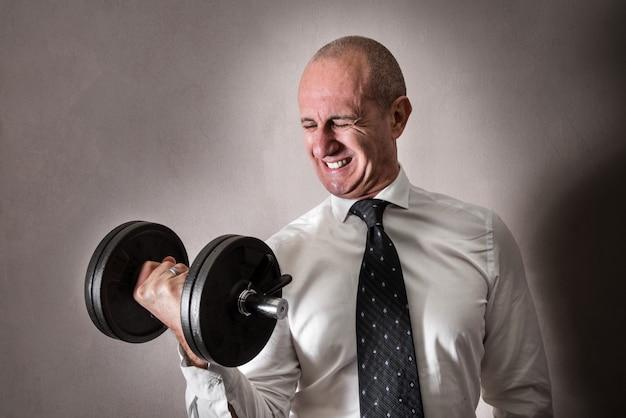 Homem negócios, levantamento, um, dumbbell Foto Premium