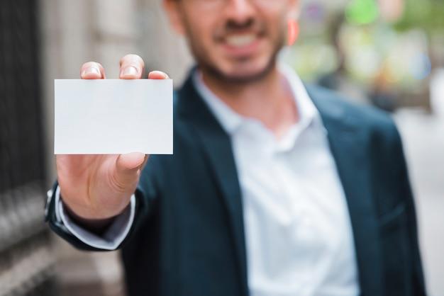 Homem negócios, mostrando, branca, visitando, cartão, direção, câmera Foto gratuita