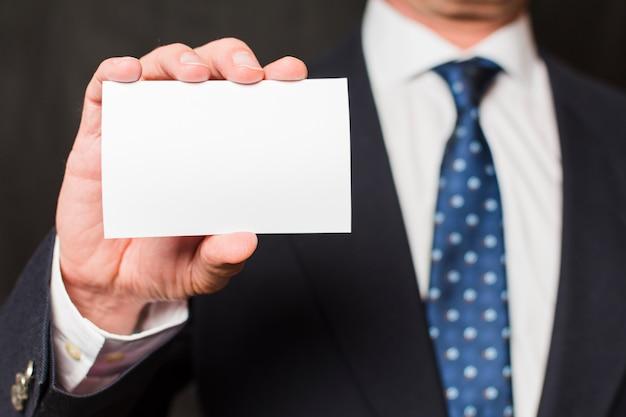 Homem negócios, mostrando, cartão Foto gratuita