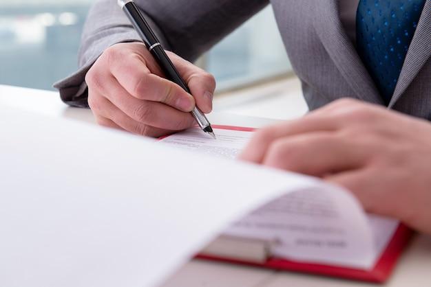 Homem negócios, notas levando, em, a, reunião Foto Premium