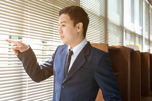 Homem negócios, olhar, exterior Foto Premium