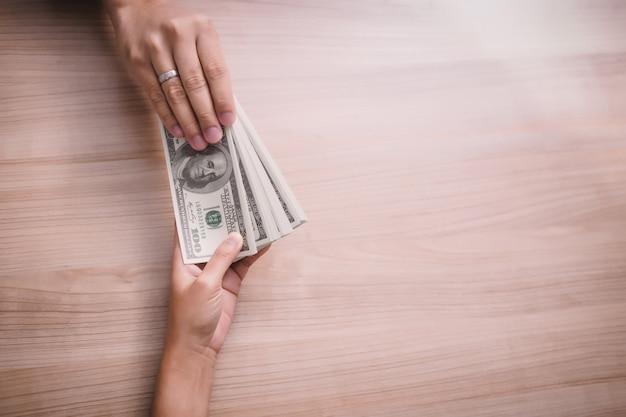 Homem negócios, pagando, dinheiro, -, dólar estados unidos, (usd), contas Foto Premium
