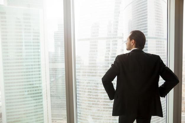 Homem negócios, pensando, futuro, perto, janela Foto gratuita